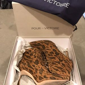 Pour La Victoire leopard lace up heeled booties